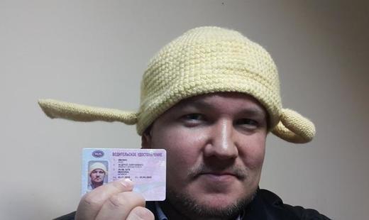 ГИБДД хочет лишить прав москвича за фото с дуршлагом на голове