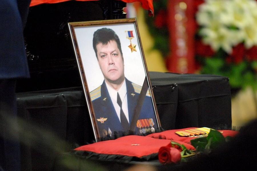 По приказу президента присвоено звание - Герой России, посмертно