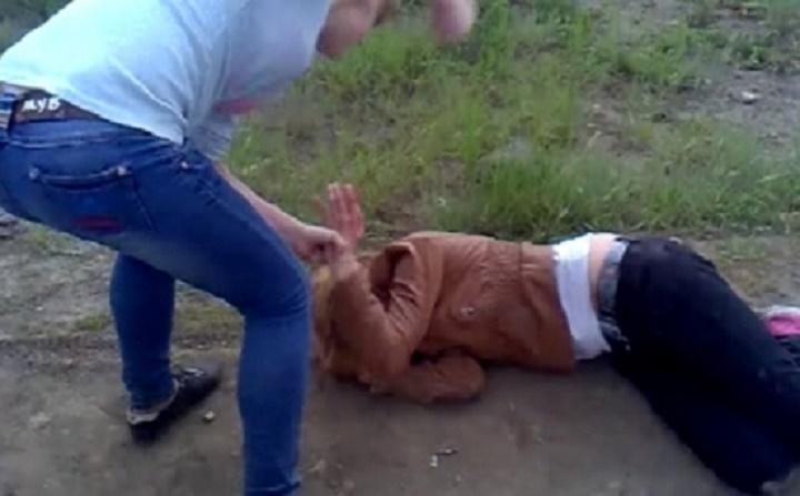 Сегодня на страничках в социальных сетях мама избитой школьницы города Гряз