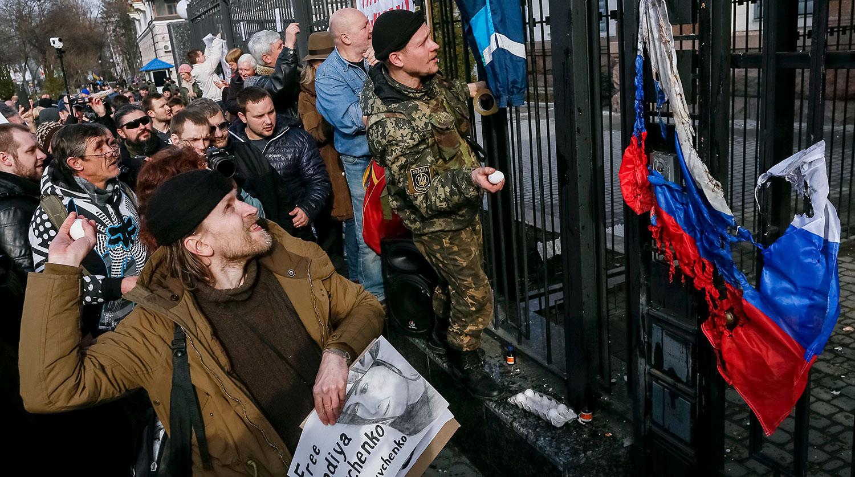 Украинские радикалы устроили беспорядки у Генконсульства РФ в Одессе