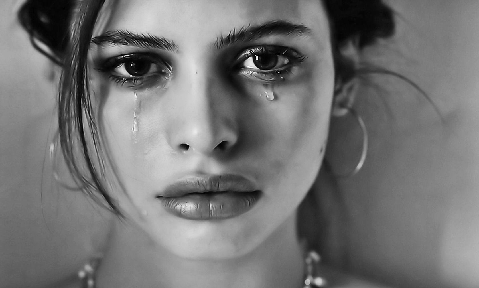 Картинка с плачующей девушкой