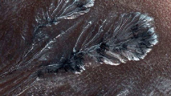 NASA сфотографировало ледяные ущелья Марса
