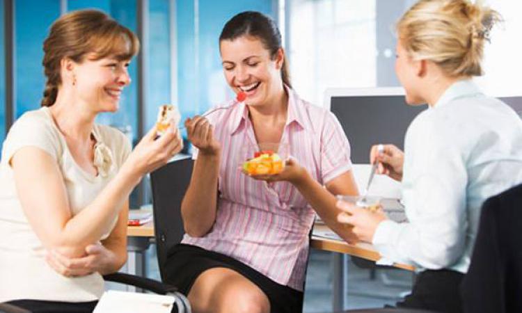 Совместные обеды с коллегами повышают продуктивность работы