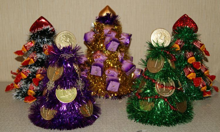 Новогодняя елка своими руками с мишуры