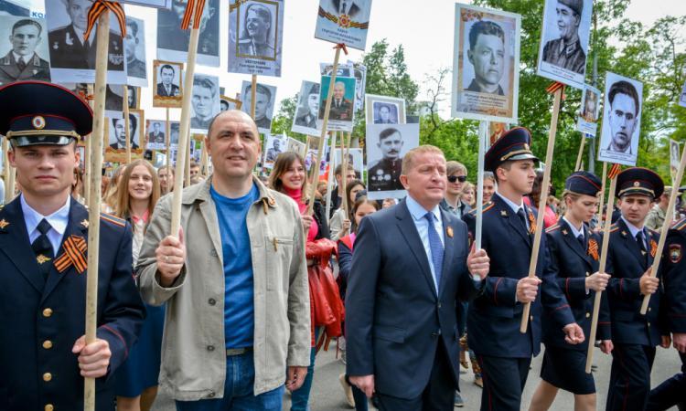 Путин возглавил шествие «Бессмертного полка» наКрасной площади
