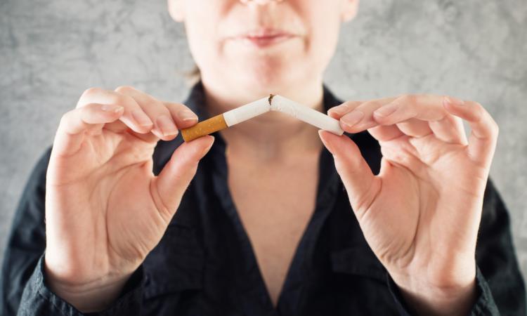 Мозг курящих людей стареет быстрее – ученые