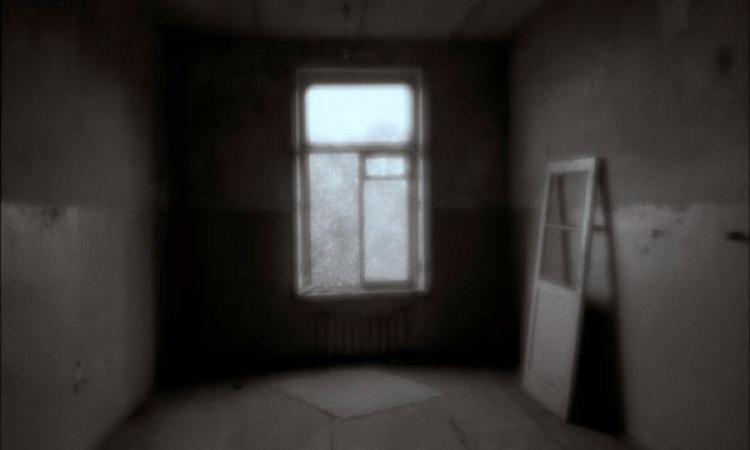 24. Я в пустой квартире. .  Её серый грязный пол устлан клочками газетной...