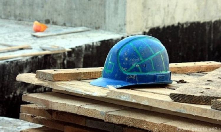 рабочие упали со строительных лесов. в Новороссийске со строительных лесов...