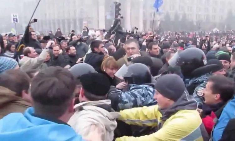 В Крыму в результате столкновений пострадало не менее 30 человек.