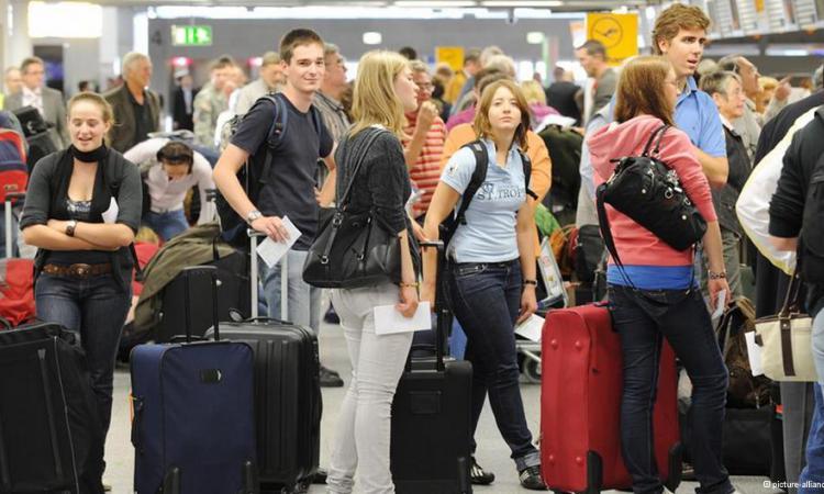 Российские туристы возвращаются домой