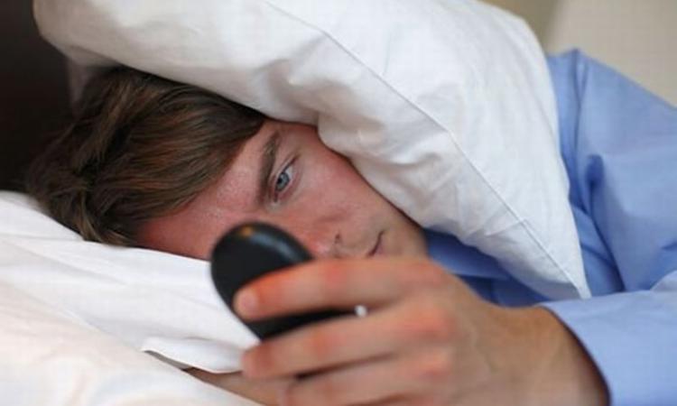Перед сном разговаривать по мобильному вредно для здоровья – ученые