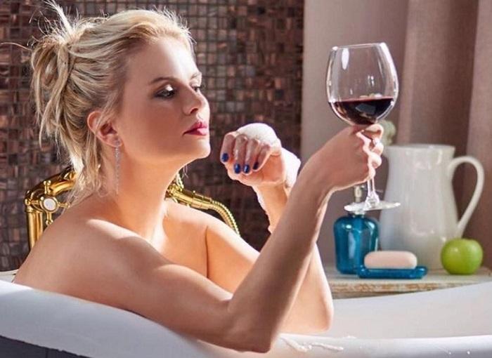 Анна Семенович в ванне
