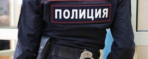 В Хасавюртовском районе, селении Тотурбийкала, неизвестный открыл огонь по правоохранителям, которые потребовали у него предъявить документы. Преступник ранил двух полицейских и скрылся. Объявлен план-перехват. Пострадавшие полицейские госпитализированы.