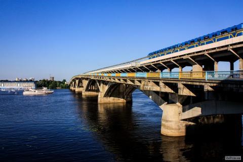 Неизвестный угрожает взорвать мост в Киеве