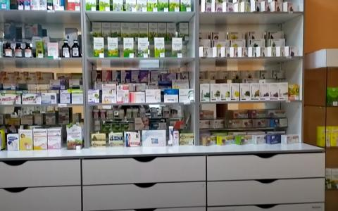 Прилавок с лекарствами в аптеке