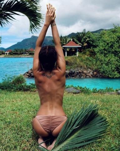 Бузова на Сейшилах полностью обнажила свое тело, едва прикрыв его пальмовой ветвью