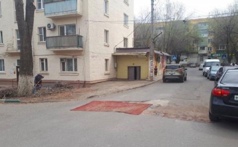 Жители Астрахани отремонтировали дорогу с помощью ковра