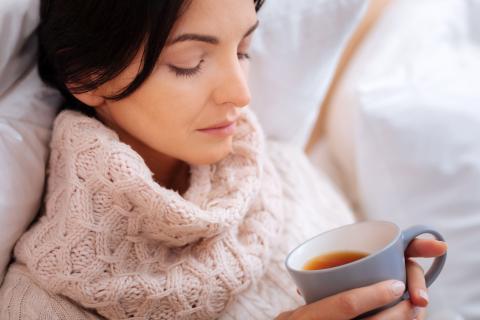 Чай в руках у больного
