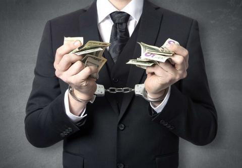 Руки с деньгами в цепям