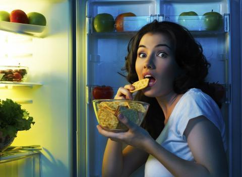 Поздний ужин - враг здоровья: ученые объяснили, почему нельзя есть на ночь