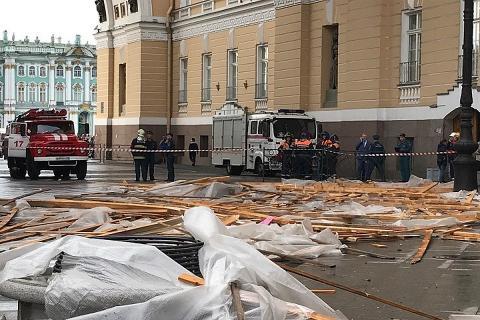 В Санкт-Петербурге строительные леса с Главного штаба обрушились на прохожих