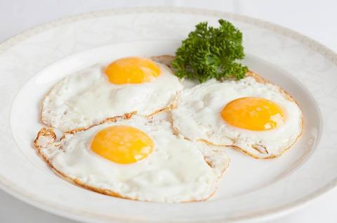 Три яйца на тарелке