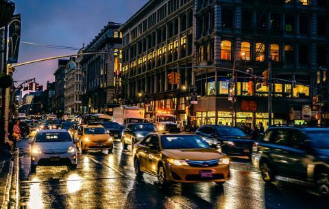 Движение автомашин на городской улице