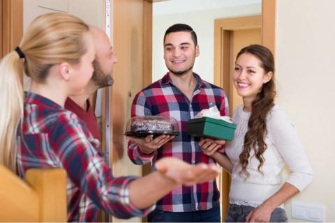 Хозяева встречают гостей