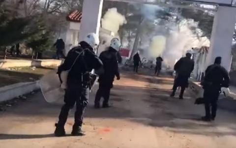 Греческие полицейские сдерживают нелегальных мигрантов