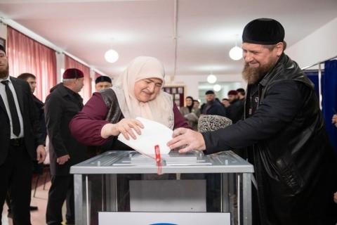 Кадыров голосует на выборах картинка