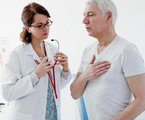 Врач кардиолог с пациентом