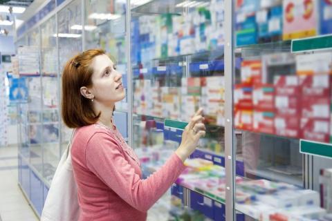 полки с лекарствами в аптеке картинка