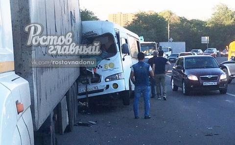 В Ростове на Доватора переполненный автобус протаранил фуру