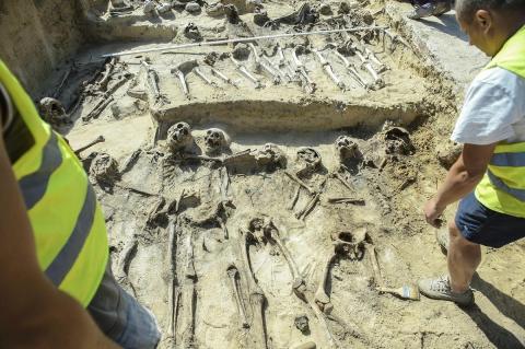 42 связанных скелета обнаружены в загадочном захоронении