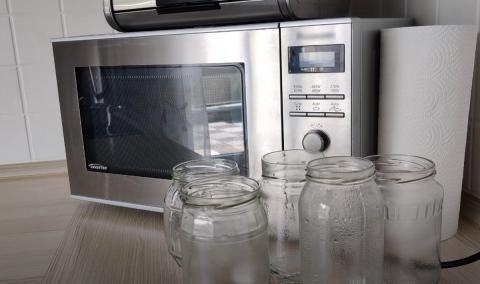 Микроволновка и стеклянные банки