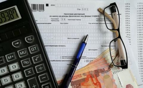 Декларация НДФЛ, ручка, деньги и очки