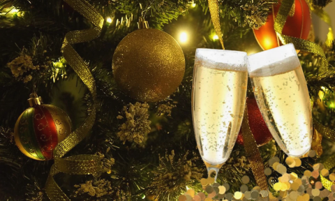 Бокалы с шампанским на фоне новогодней елки