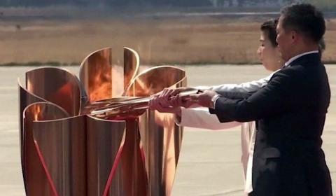 спортсмены зажгли Олимпийский огонь в Токио