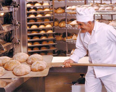 Выпечка хлеба в пекарне