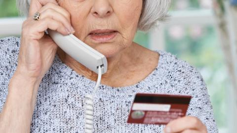 Банки стали блокировать операции по картам пенсионеров