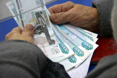 Деньги в руках старика
