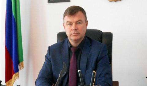 Александр Погорелов сидит в кабинете за столом