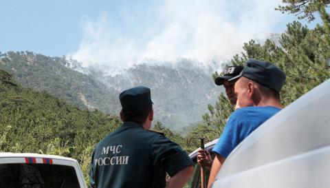 Крупный пожар под Ялтой: пожарные ведут круглосуточный контроль