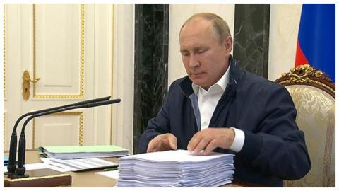 Путин читает