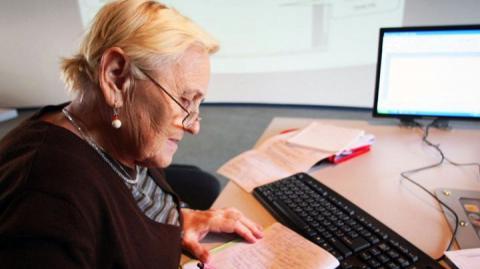 пожилая женщина за работой