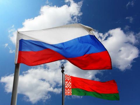 флаг Россия Белоруссия вместе небо