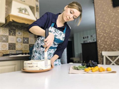Женщина делает торт дома