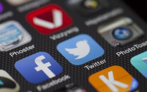 Иконки соцсетей на экране смартфона