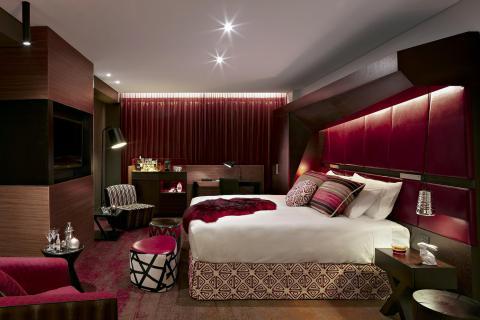 Спальня в коричнево красных тонах