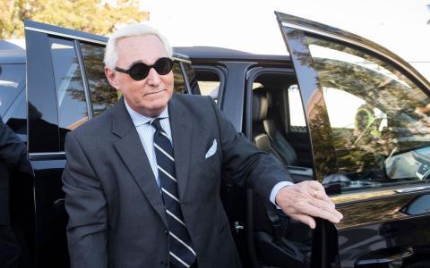 Роджер Стоун выходит из машины